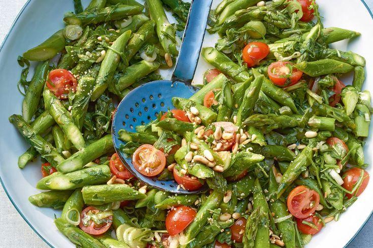 Gebratene Spargeln mit Pinienkernen und Tomaten