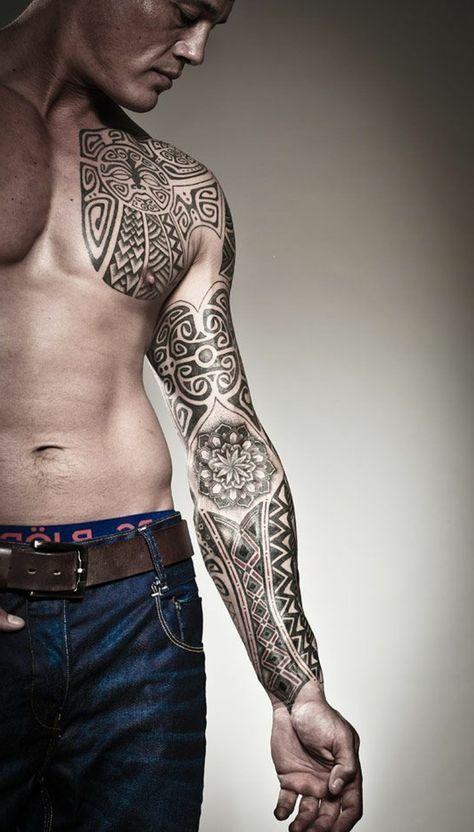 brazalete maori, hombre con brazo entero y pecho tatuado, tatuaje