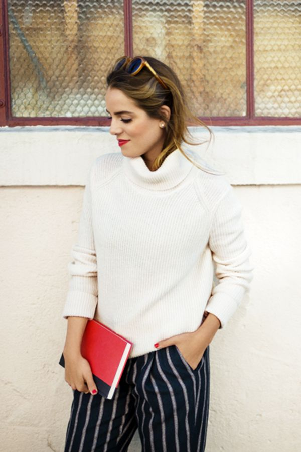 Julia Engel of Gal Meets Glam grabs a good book in a classic look. Share how you wear it with #MyTommyMag