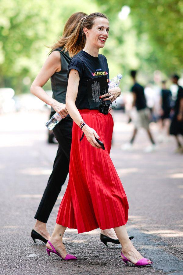 """「バレンシアガ」の""""ロゴドン""""Tシャツはファッショニスタのマストハブ! 真っ赤なプリーツスカートを合わせて、カジュアルながらモードな印象に着地。パープルのシューズの差し色も効果的!"""