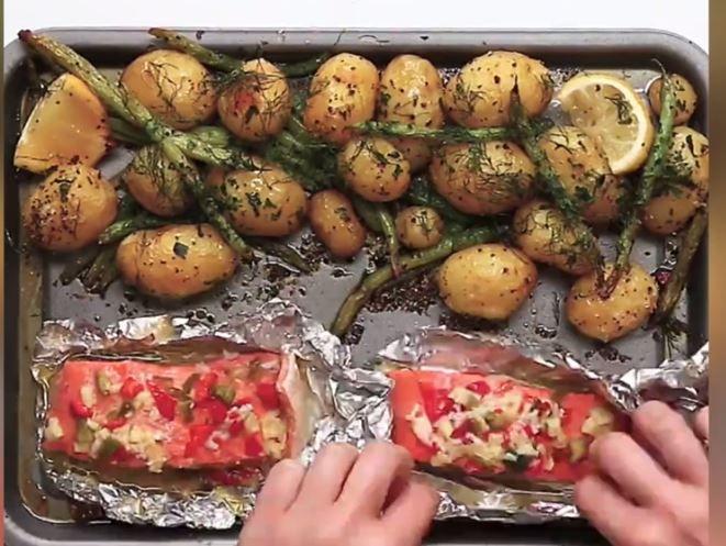 Heerlijk om te maken op deze manier: Aardappeltjes, met zalm en groenten uit de oven.