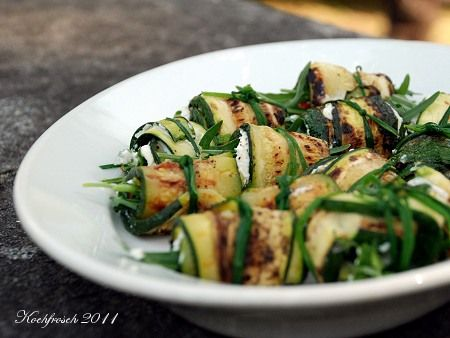 Zucchini-Röllchen mit Chili,Rucola & Ziegenfrischkäse