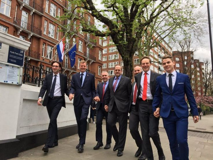 Homens na Holanda andam de mãos dadas nas ruas em apoio a casal gay #Campanha, #CasalGay, #Facebook, #Gay, #Grupo, #M, #Noticias, #Twitter http://popzone.tv/2017/04/homens-na-holanda-andam-de-maos-dadas-nas-ruas-em-apoio-a-casal-gay.html