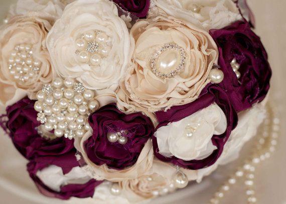 Questo bouquet sarebbe il complemento perfetto per un matrimonio vintage ispirato. Questo bellissimo bouquet è composto da più di 45 pezzi singoli, tra cui fiori fatti a mano, pizzo e della tela da imballaggio, come pure di perle e strass spille. I fiori fatti a mano creati dal pizzo e raso rosa crema, avorio e polverosa e impreziositi con look vintage centri di perle e strass. Il sottostante del bouquet è rifinito con una gonna di tulle avorio e il manico è avvolto con nastro di raso…