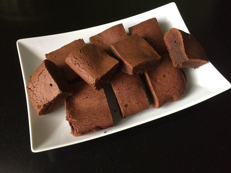 Pokud jste milovníci hořké čokolády, připravte si s námi výborný recept na čokoládové brownies. Brownies má tenkou křupavou vrstvu a uvnitř je hutné, mírně tekuté jádro. Nejdůležitější je hlídat si čas a brownies nepřepéct. Lepší troubu vypnout 5 minut před doporučenou dobou pečení a nechat chvíli dojít v troubě.