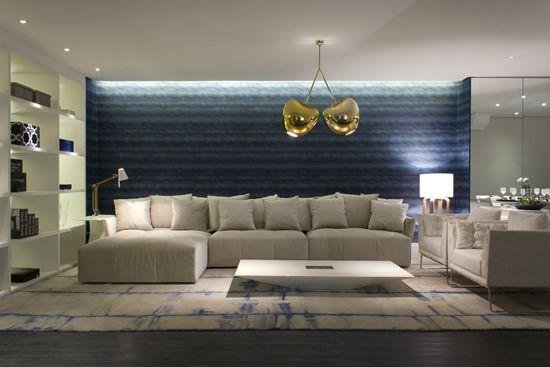 Arquitetura e Decoração de Interiores, lustre dourado, papel de parede azul, tapete azul e branco