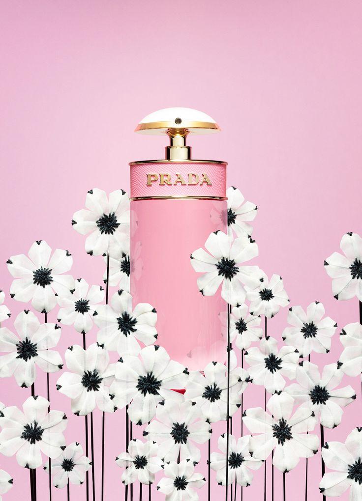 Prada Candy Florale захватывающий цветочный аромат, полный жизни и чувственности, вдохновленный воображаемым цветком, который пахнет как конфета или цветочный букет, стоящий на прилавке кафе-мороженого в Италии. Эта романтичная пудровая композиция открывается нотами сорбета с лимончелло. В ее сердце - цветок пиона, а база включает ноты бензоина, мускуса, карамели и меда.
