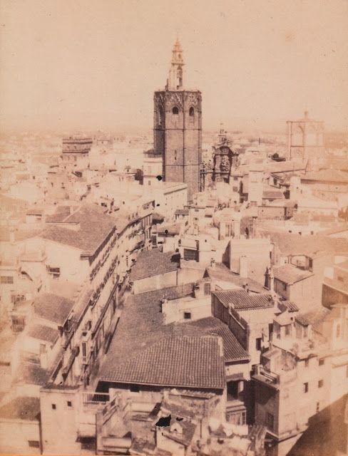Fotografía hecha desde la torre de la iglesia de San Martín en el año 1863.En la parte de abajo a la izquierda vemos la desaparecida calle.../ Valencia / vintage / photography / cities