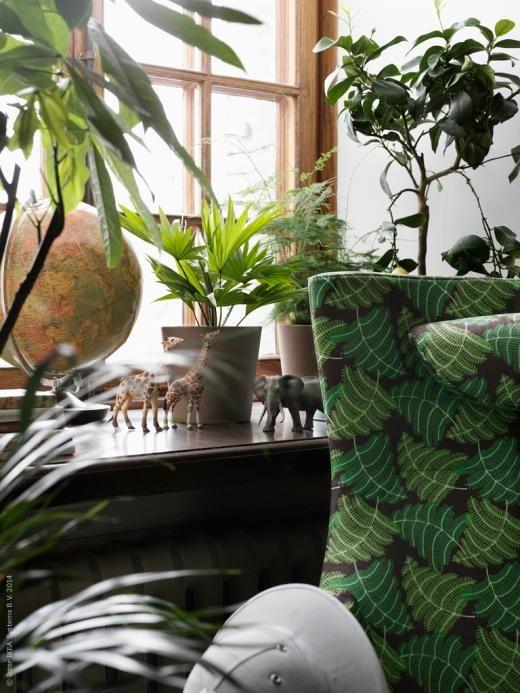 Djungla hemma med bladverksprydda fåtöljen STOCKHOLM.