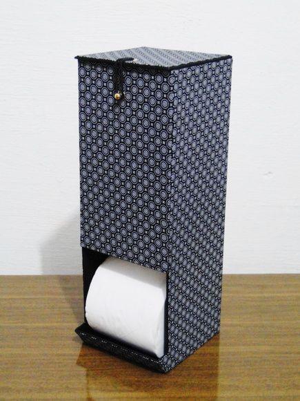 Produto confeccionado através da técnica de cartonagem revestido com tecido. Capacidade para três rolos de papel higiênico. Obs: Serve apenas para guardar os rolos de papel higiênico, não possui nenhum dispositivo para dispensar o papel. O nosso prazo de produção é contado em dias ÚTEIS. E d...