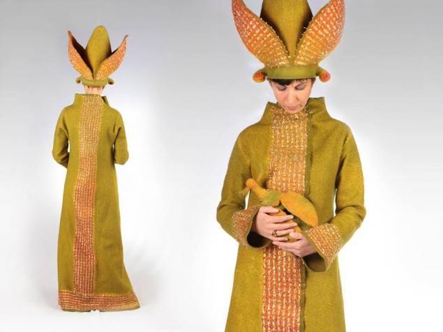 JUDIT POCS - венгерская художница, удивляет своими очень необычными и красивыми войлочными объектами. Она является членом Венгерской студии молодых дизайнеров Ассоциации и Ассоциации венгерских Creative Artists. С 1992 года занимается валянием. Сценические костюмы и головные уборы, картины и декорации, сделанные из войлока играют множеством цветовых переходов.