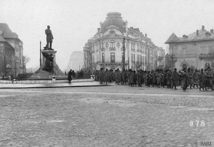 Piața Lascăr Catargiu (azi Romană) Prizonieri români, la intersecția Bd. Lascăr Catargiu (fost Colței) cu str. Romană (azi Mihai Eminescu), în decembrie 1916 © IWM (Q 87141)  În dreapta statuii lui Lascăr Catargiu (sculptor Antonin Mercié, 1907), se observă imobilul pe locul căruia va fi construit, în 1936-1937, Blocul Palladio (cunoscut ca Turist, înainte de 1989), opera arh. Marcel Locar, precum și casa Nicolae Petrașcu (1907, arh. Ion Mincu), imobil existent și azi, la capătul străzii ...