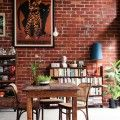 dinding batu bata merah tanpa plester warna mencolok