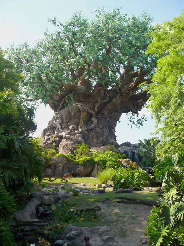 """Situada no meio do Reino Animal, a """"Árvore da Vida"""", com 14 andares de altura, é na verdade uma antiga torre de petróleo."""