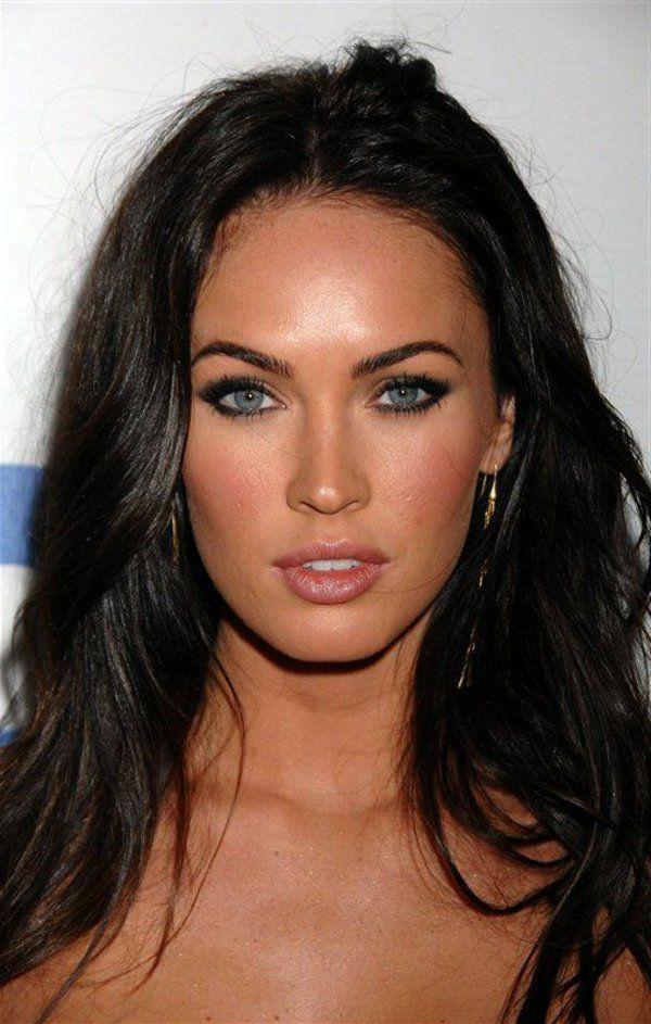 megan avec un moderne maquillage des yeux bleus
