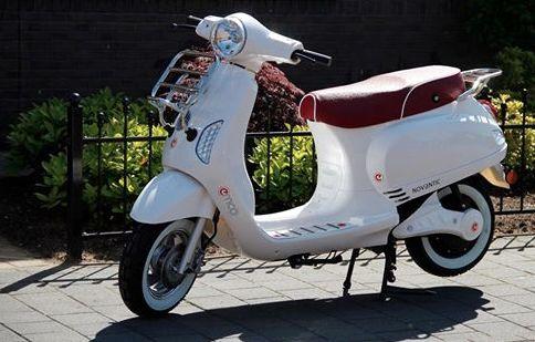 personaliseer je elektrische scooter, de Novantic, met zadel en bagagedrager