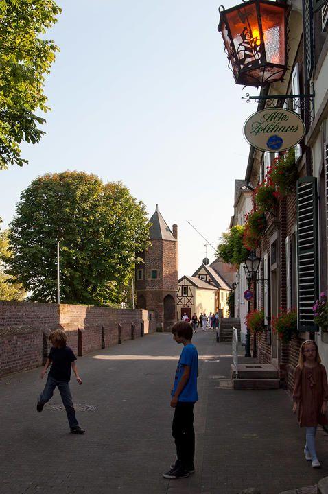Rua de Zons, pequena cidade histórica no estado da Renânia do Norte-Vestfália, Alemanha, que corre paralela à antiga muralha da cidade.  Fotografia: C. Jordá.