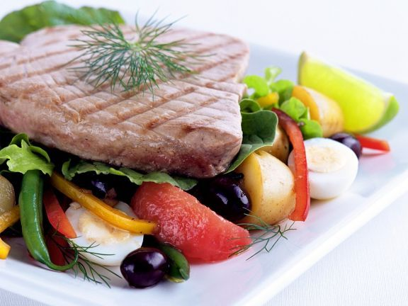 Gegrillter Thunfisch mit Gemüsesalat ist ein Rezept mit frischen Zutaten aus der Kategorie Gemüsesalat. Probieren Sie dieses und weitere Rezepte von EAT SMARTER!