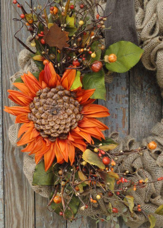Ben blij met al je vrienden naar uw huis met deze warme en uitnodigende val jute krans. De kroon van de natuurlijke jute met een grote unieke zonnebloem. Zonnebloem heeft een gemaakt van een natuurlijke dennenappel basis center. Geaccentueerd met bessen en kleine pompoen BES pakt; (allemaal met herfst kleuren; bruine en oranje tinten) kiezen krullende wilg twijgen, groen, en een roestig esdoornblad maken dit een prachtige rustieke herfst krans. Hangt aan een bruin faux jute of een doek van…