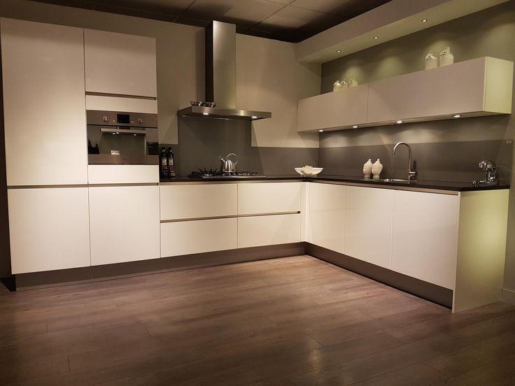 Profiteer nu bij Grando Hoorn van deze strakke witte keuken! Voorzien van greeploze kasten en lades met een prachtig granieten werkblad.