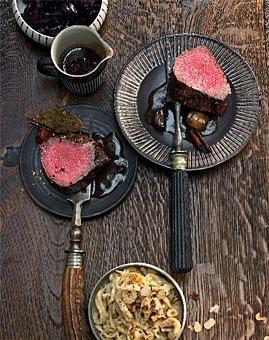 Rezept: Gewürz-Rinderfilet mit Nussspätzle und Rotkohl