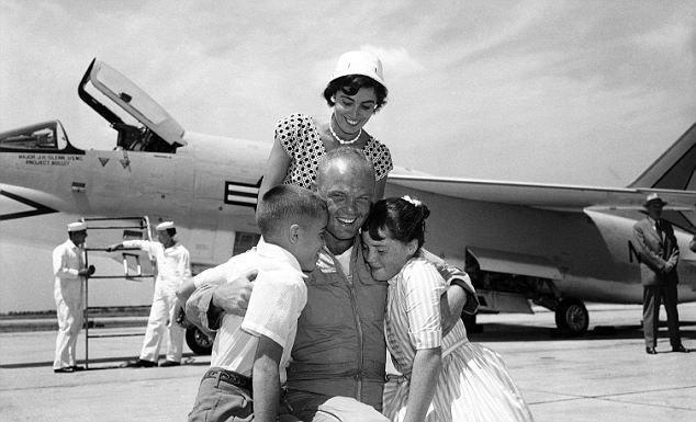 Аропорт Флойд Беннетт Филд - первый городской аэропорт Нью-Йорка. В июле 1957 года Джон Гленн установил здесь рекорд скорости трансконтинентального перелета на истребителе F8U. Он перелетел из Лос-Анджелеса до Нью-Йорка за 3 часа 23 минуты.