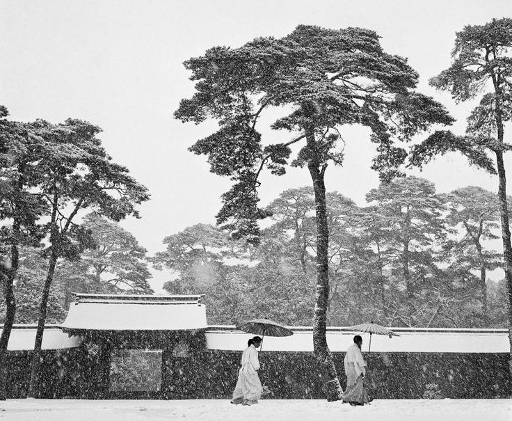 """Japon. 1951. La cour du sanctuaire Meiji. """"Il neige aujourd'hui. Tokyo est enchantée. Nous visitons le sanctuaire Meiji de Tokyo avec Werner. L'atmosphère est magique et la neige étouffe le bruit de la ville. Tout apparaît en noir et blanc. Soudain, Werner s'éloigne avec son appareil photo. Je m'arrête, terrifiée. Que s'est-il passé ? Il revient peu de temps après, essoufflé mais en liesse, et il me dit : 'Je viens de prendre LA photo du Japon.'"""" (Extrait du carnet de Rosellina Bischof…"""