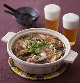 鶏肉とたっぷりのきのこから出るうまみが凝縮されたおいしいスープに、餃子の皮を加えます。具の入っていないワンタンのようなもちもちの食感が魅力!かるくとろみもつくので、冷めにくく、あつあつの鍋が長く楽しめます。
