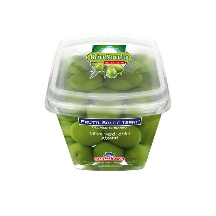 """Primizie di stagione: sono le """"Olive Novelle"""", frutti appena raccolti nella campagna olivicola in corso, che mantengono inalterate tutte le eccellenti proprietà, l'aroma e il sentore fruttato. L'edizione speciale di Madama Oliva dedicata alle olive verdi dolci è disponibile nel canale GDO in confezioni da 250 gr. Per il loro sapore delicato e inconfondibile sono perfette per accompagnare aperitivi e antipasti, impreziosendo le tavole natalizie."""