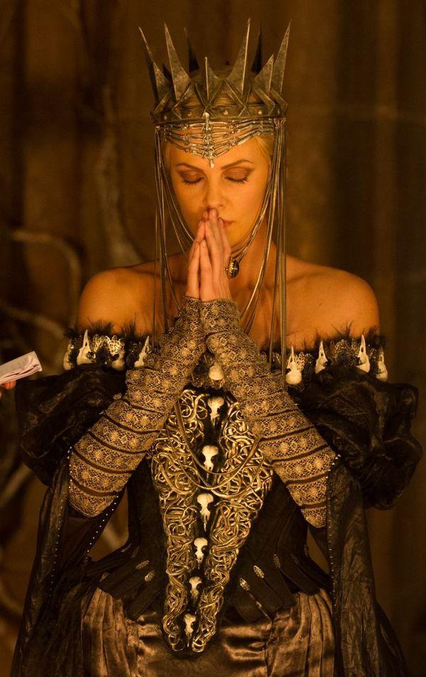 robe aux crânes d'oiseaux de la méchante reine de Blanche Neige et le chasseur, costume de Colleen Atwood. photo provenant du blog Temps d'élégance: Snow White and the Huntsman