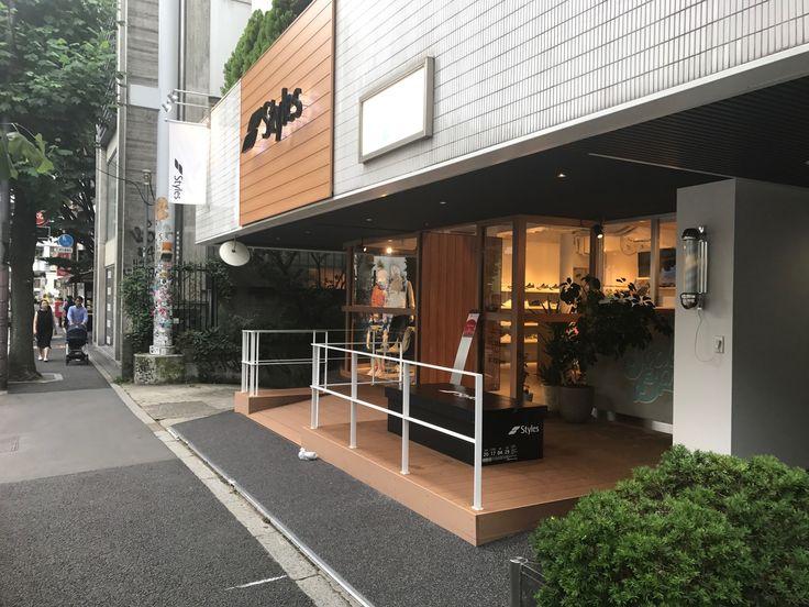 代官山にオープンしたスポーツファッションセレクトショップStylesのエントラスに、当社のバイタルデッキを採用して頂いております。 9月1日よりバイタルの特別価格キャンペーン始まります! #東京工営 #バイタルデッキ #styles #人工木デッキ