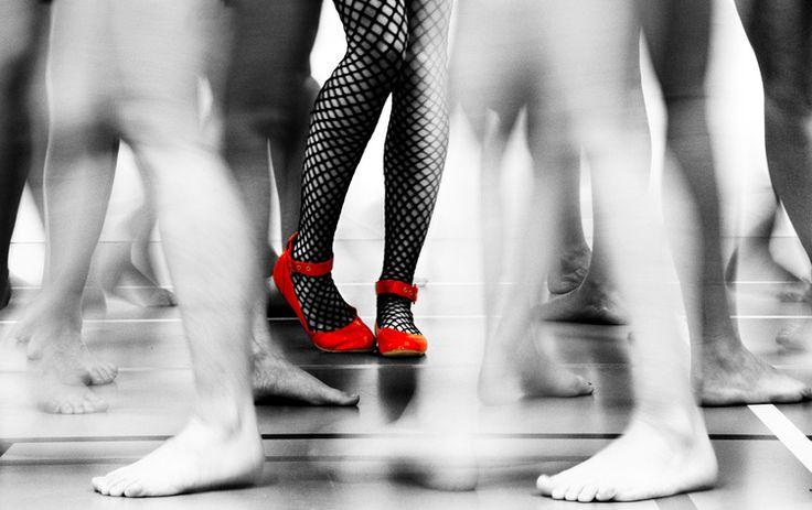 Documentaire fotografie zwart-wit benen rode schoenen Eindhoven. Foto door Marijke Krekels fotografie