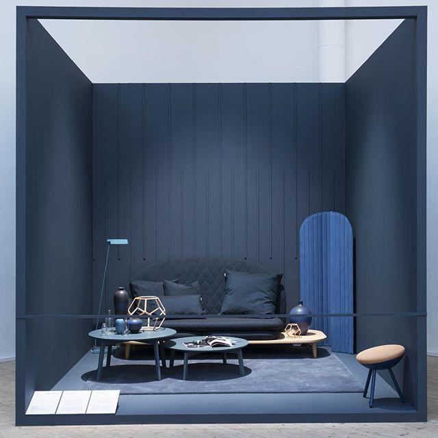 LADY Pure Color 4477 Deco Blue. Mer fra utstillingen til @notedesignstudio på @arkdesc Se hele den vakre utstilligen på bloggen (link i bio). Styling: @lottaagaton #ladyandnotedesign #blå #stue #designeroftheyear #jotunlady #Jotun #trender #inspirasjon #interior #decoblue #ladydecoblue