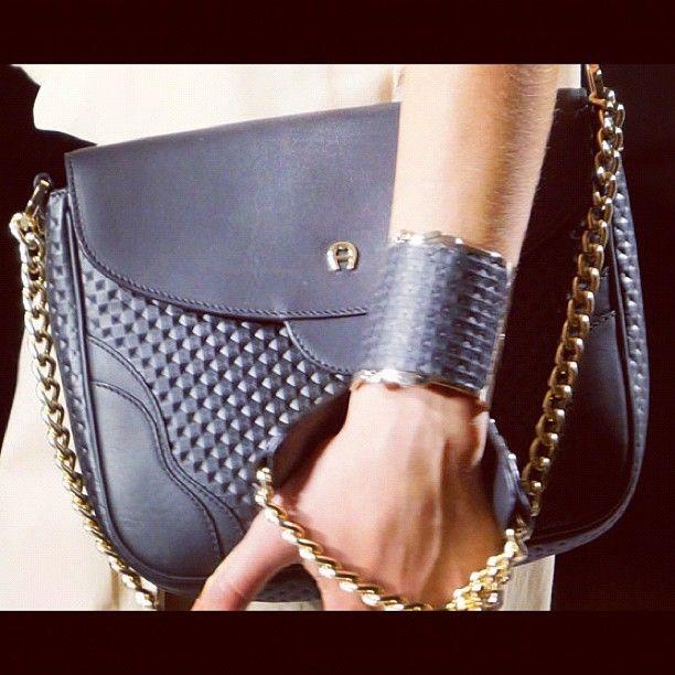 Aigner: la bag con la catena si porta a mano