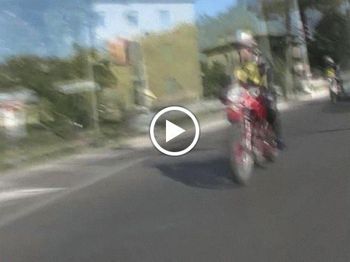 Cosimo Vaccarelli su MV Agusta Disco volante con il n.59, Vito Ciracì con il n.64 su Motoguzzi