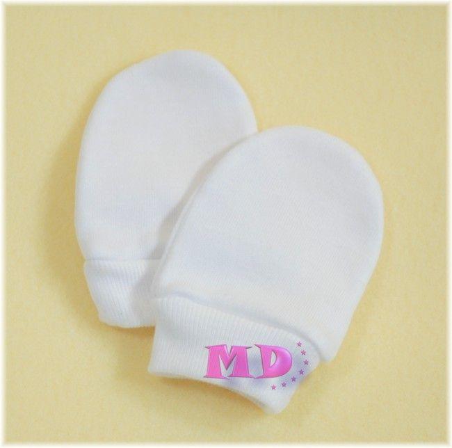 Rękawiczki niedrapki niezbędne dla noworodków, ponieważ chronią buzię Maleństwa przed zadrapaniem. Wykonane są z mięciutkiej 100% atestowanej bawełny, zakończone delikatnym ściągaczem nie powodującym ucisku.