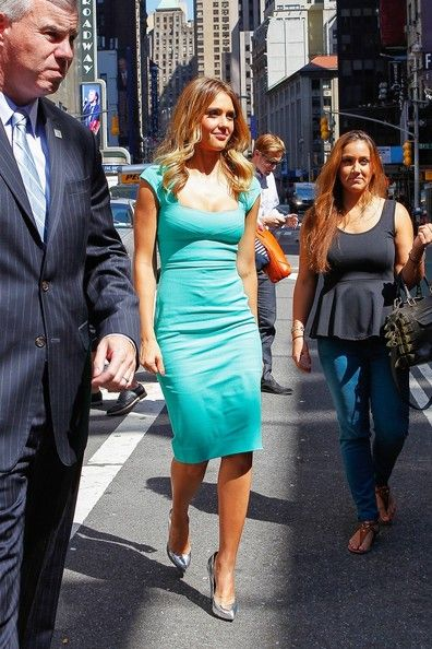 """Jessica Alba Photos Photos - Actress Jessica Alba films for """"Extra"""" in Times Square where she stopped in to talk about her cover on Self Magazine. - Jessica Alba on 'Extra'"""