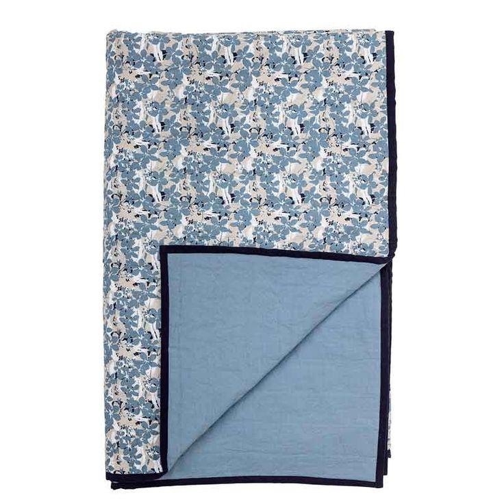 Tagesdecke in blau, geblümt  Produktinformationen und Artikeldetails  Traumhaft schön ist diese handgearbeitete Decke von Bloomingville. Der Überwurf eignet sich als Kuscheldecke fürs Sofa oder Tagesdecke für Dein Bett oder auch als Krabbeldecke für Deine Kleinen. Das blau-geblümte Muster erinnert uns an eine Blumenwiese im Frühling und läd zum Träumen ein.