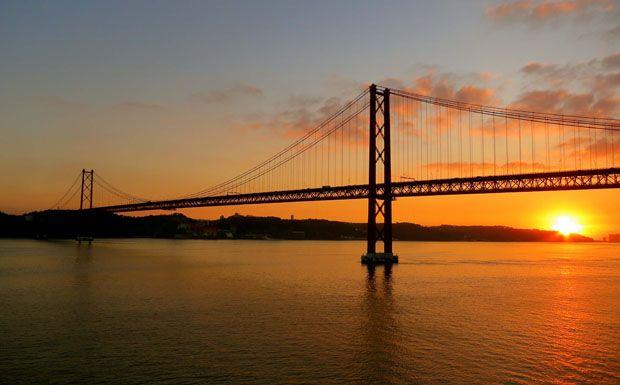 A Tejo folyón átívelő híd több mint 2 kilométer hosszú