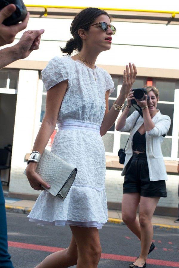 Inspiración total para este verano de la mano del vestido blanco corto que lleva Leandra Medine con complementos también blancos y su  estilazo de siempre. Love