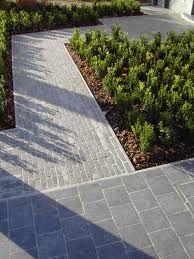 tuinpad blauwe kleiklinkers // lange small tegels benadrukken diepte