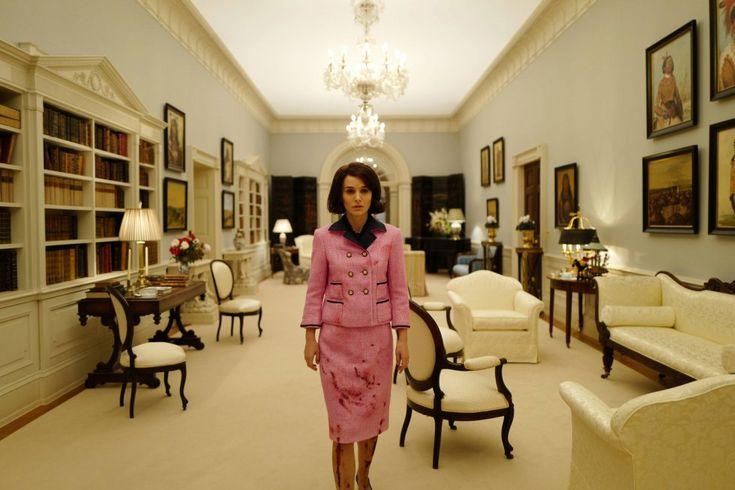Natalie Portman es la última actriz que se ha puesto en la piel de Jacqueline Kennedy. La intérprete será la protagonista de la película 'Jackie', un nuevo retrato de la que fuera primera dama de Estados Unidos del director Pablo Larrain que se va a estrenar la semana que viene. La película cuenta el tiempo posterior al asesinato del mandatario, y cómo su viuda lidia con el duelo, el trauma y el legado de su marido.