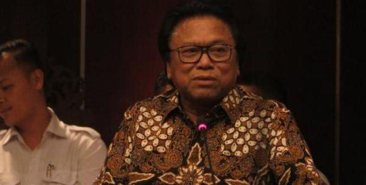 Oesman Sapta Rangkap Jabatan MPR Lepas Tangan  KONFRONTASI-Majelis Permusyawaratan Rakyat Republik Indonesia (MPR RI) menggelar Rapat Pimpinan (Rapim) di Gedung Nusantara III Jakarta Rabu (5/4). Rapim tersebut membahas status Oesman Sapta Odang (Oso) ke depannya usai ditetapkan sebagai Ketua Dewan Perwakilan Daerah (DPD) RI pada Selasa (4/4).  Namun hasil Rapim tersebut MPR RI tampak lepas tangan dan menyerahkan sepenuhnya kepada DPD RI itu sendiri. Keputusan mengenai Oso yang harus mundur…