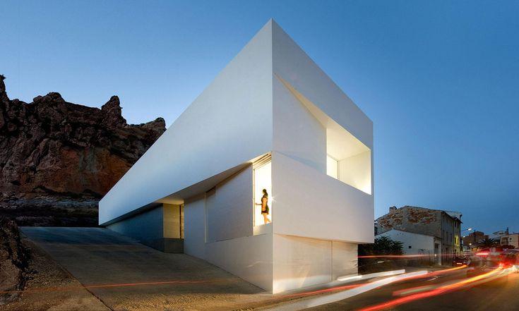 Fran Silvestre postavil veŠpanělsku úzký rodinný dům vminimalistickém duchu