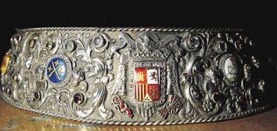 Embellecedor de plata repujada y esmaltes que ciñe los mantos al Pilar