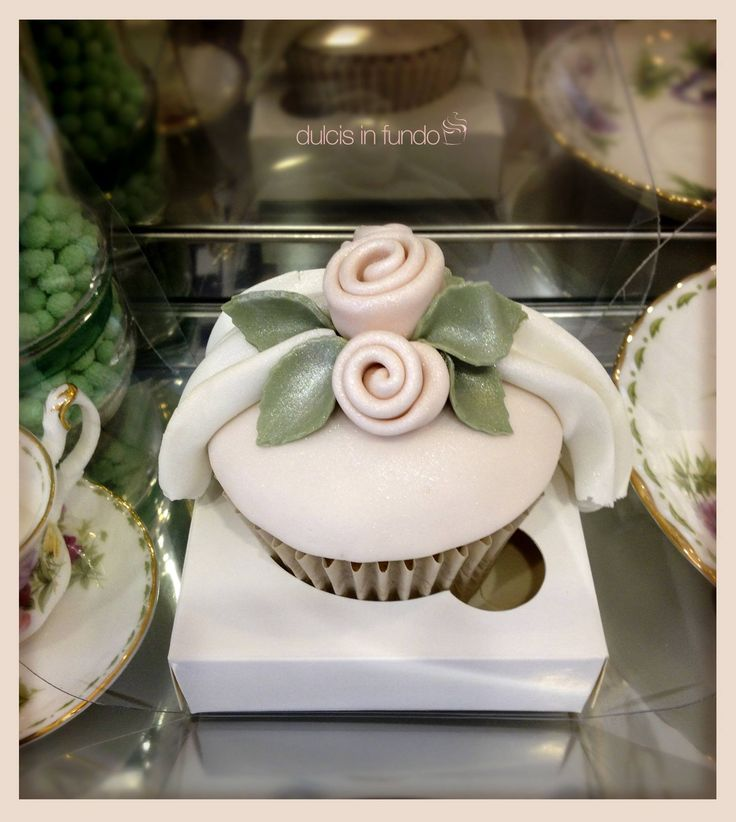 Elementary roses cupcake by dulcis in fundo