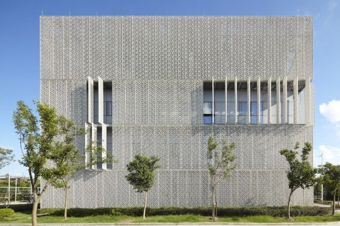 Dynamic double skin facade