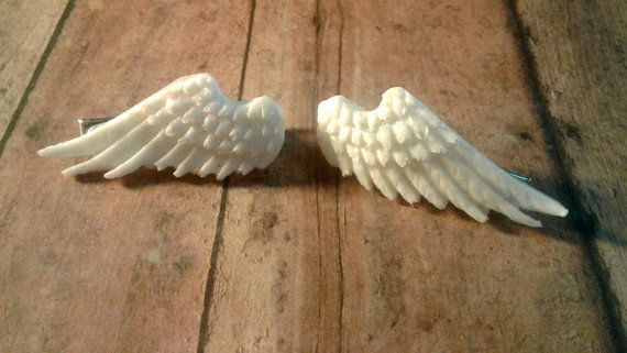 The wings are made with an opaque white resin. They come as a pair on the clips, which look adorable when worn! Great for everyday wear to give your look that little extra touch, as well as perfect for that day or weekend at the con!  Weight: 1 oz Size: 2x1x1 in