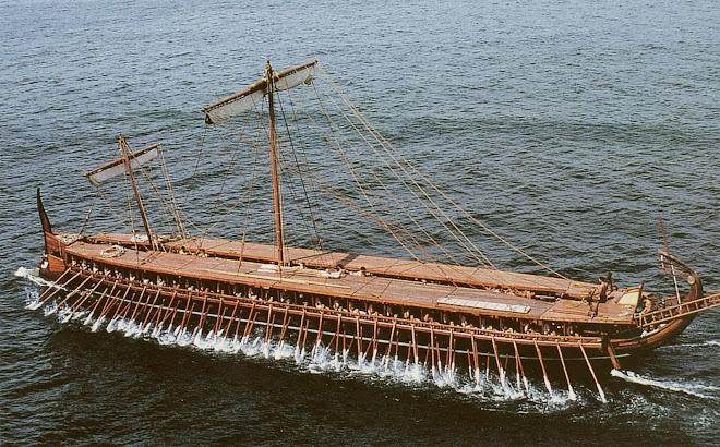 De zeven halfgoden varen naar Rome met een oude Griekse trireem.