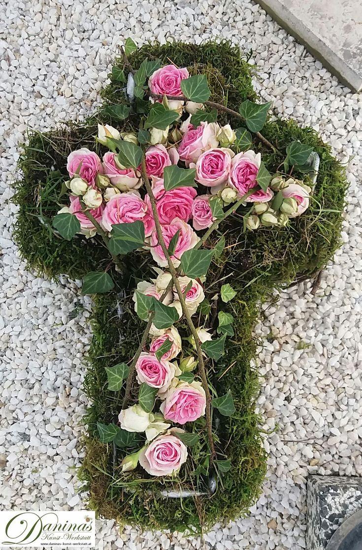 Grabgestaltung, Deko für Herbst, Allerheiligen - Kreuz aus Moos und Rosen
